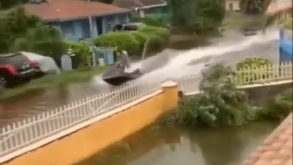 Una moto acuática para surcar las inundaciones del huracán Dorian - Sputnik Mundo