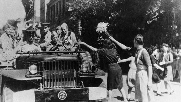 Los residentes de Sofía dan la bienvenida a los soldados-liberadores soviéticos (1944) - Sputnik Mundo