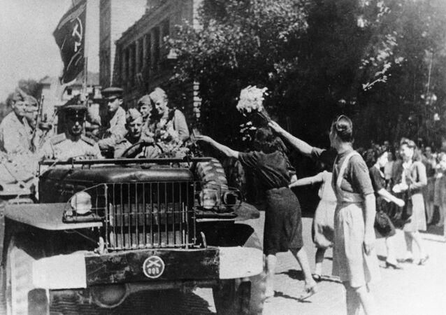 Los residentes de Sofía dan la bienvenida a los soldados-liberadores soviéticos (1944)