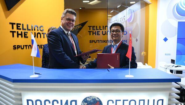 Vasili Pushkov, el responsable de cooperación internacional de Rossiya Segodnya, y Leo Lee, presidente de Huawei Consumer Business Group para Rusia y la región - Sputnik Mundo