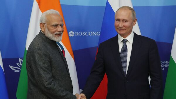 El primer ministro indio, Narendra Modi, y el presidente ruso, Vladímir Putin en el Foro Económico Oriental - Sputnik Mundo