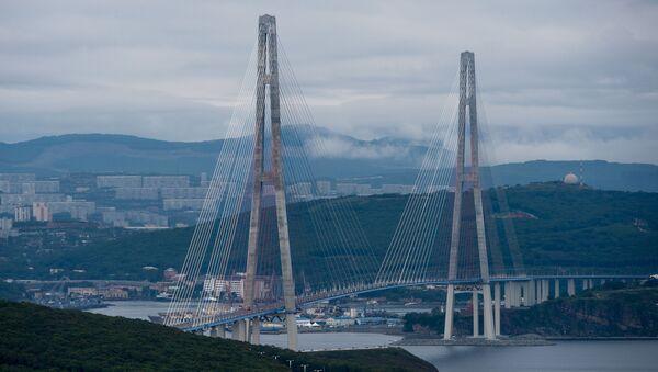 El puente de la isla Russki en la ciudad rusa de Vladivostok - Sputnik Mundo