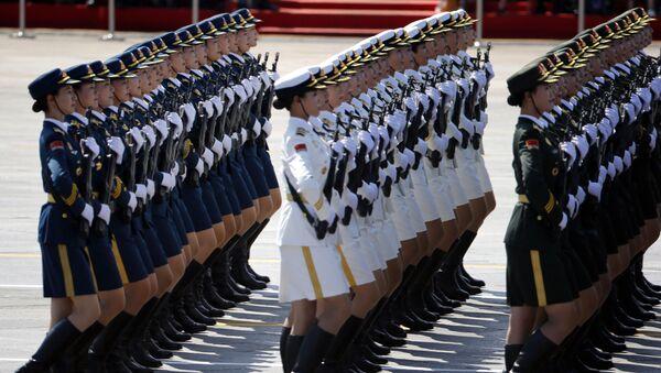 Soldados chinas durante un desfile militar - Sputnik Mundo