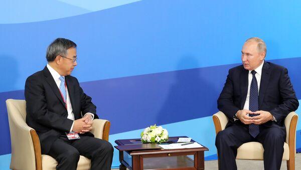 Viceprimer ministro chino, Hu Chunhua, y presidente ruso, Vladímir Putin - Sputnik Mundo