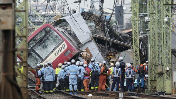 Colisión entre un tren y un camión en Japón - Sputnik Mundo