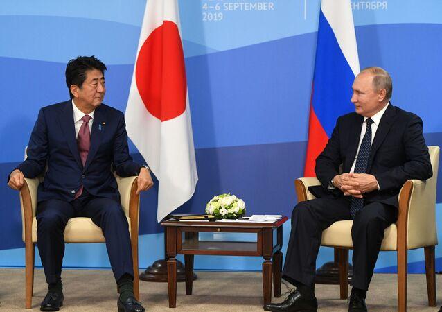 El primer ministro de Japón, Shinzo Abe, y el presidente de Rusia, Vladímir Putin