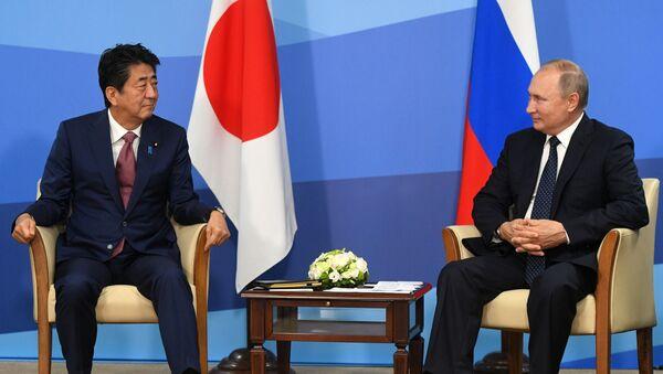 El primer ministro de Japón, Shinzo Abe, y el presidente de Rusia, Vladímir Putin  - Sputnik Mundo