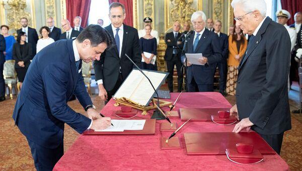 El primer ministro de Italia, Giuseppe Conte presta el juramento al presidente del país, Sergio Mattarella - Sputnik Mundo