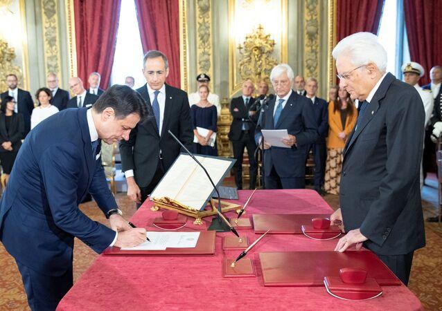 El primer ministro de Italia, Giuseppe Conte presta el juramento al presidente del país, Sergio Mattarella