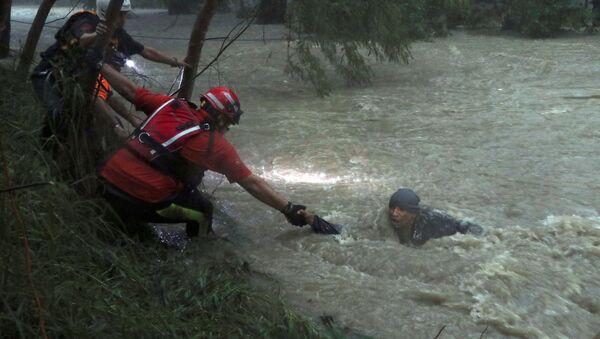 Los socorristas rescatan a una persona durante el el ciclón tropical Fernand, Guadalupe, México - Sputnik Mundo