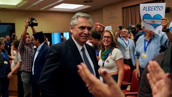 Alberto Fernández recibido por simpatizantes durante una conferencia en el Congreso de los Diputados de España - Sputnik Mundo