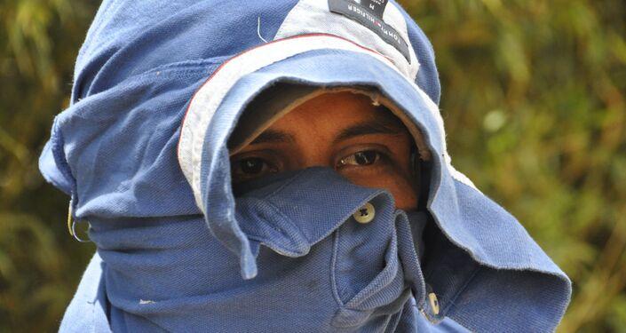 Un campesino colombiano encapuchado cerca de la finca 'Bonanza' en el Departamento del Cauca