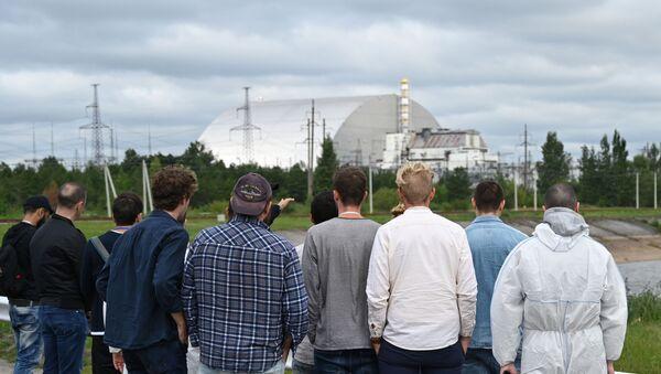 Los turistas observan el bloque 4 de Chernobil - Sputnik Mundo