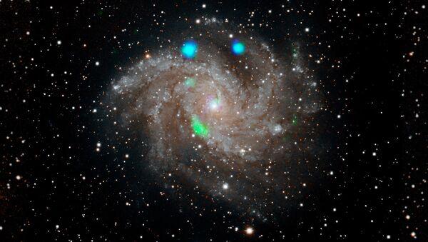 Los estallidos de la luz de rayos X de color azul y verde brillante en la galaxia de los Fuegos Artificiales —NGC 6946—  - Sputnik Mundo