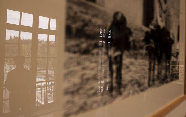 Rubén Pax, fotógrafo mexicano con más de 50 años de trayectoria, se refleja en una de sus fotografías en el Museo de la Fotografía de la ciudad de México - Sputnik Mundo