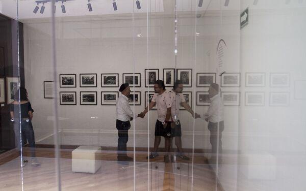 Rubén Pax saluda a una persona que visitó su exposición en el Museo de la Fotografía de la ciudad de México - Sputnik Mundo