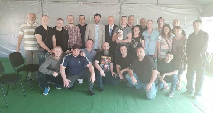 El periodista Kiril Vishinski (centro) y otros ciudadanos rusos liberados por Kiev en el marco del intercambio histórico de prisioneros entre Rusia y Ucrania el 7 de septiembre de 2019