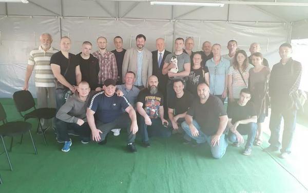 El periodista Kiril Vishinski (centro) y otros ciudadanos rusos liberados por Kiev en el marco del intercambio histórico de prisioneros entre Rusia y Ucrania el 7 de septiembre de 2019 - Sputnik Mundo