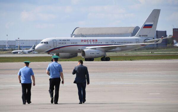 El avión Tu-204 aterrizó en Moscú con los prisioneros rusos liberados en el marco del intercambio de prisioneros entre Rusia y Ucrania - Sputnik Mundo
