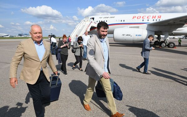 El director general de Rossiya Segodnya, Dmitri Kiseliov recibió al jefe del portal RIA Novosti Ukraina, Kiril Vishinski a su arribo junto a los prisioneros rusos liberados - Sputnik Mundo