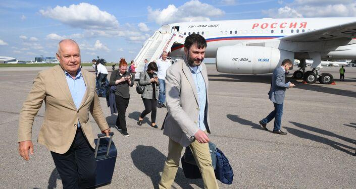 El director general de Rossiya Segodnya, Dmitri Kiseliov recibió al jefe del portal RIA Novosti Ukraina, Kiril Vishinski a su arribo junto a los prisioneros rusos liberados