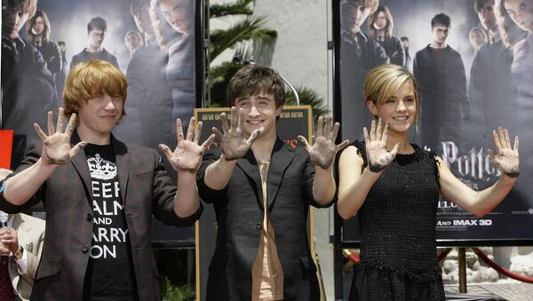 Las tres jóvenes estrellas de las películas de 'Harry Potter' Rupert Grint, Daniel Radcliff y Emma Watson - Sputnik Mundo