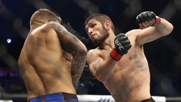 El luchador ruso de la UFC Khabib Nurmagomedov se enfrenta a su colega estadounidense Dustin Poirier en un cuadrilátero de los Emiratos Árabes Unidos  - Sputnik Mundo