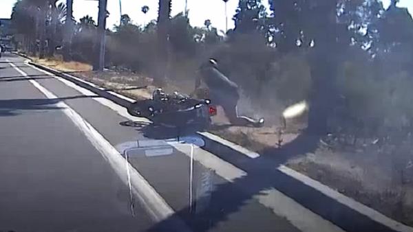 Un motociclista paga su mala conducta en la vía pública - Sputnik Mundo