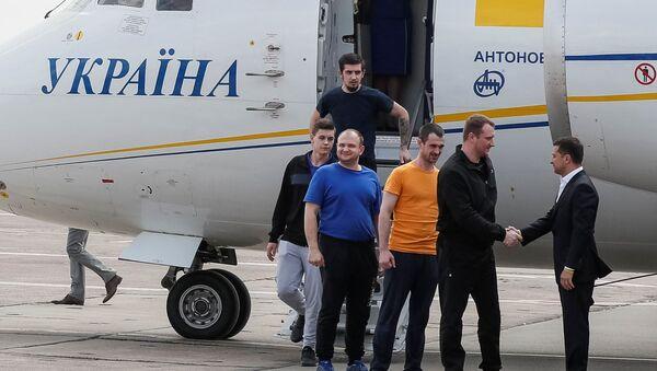 El presidente de Ucrania, Volodímir Zelenski saluda a los exprisioneros tras el canje con Rusia - Sputnik Mundo