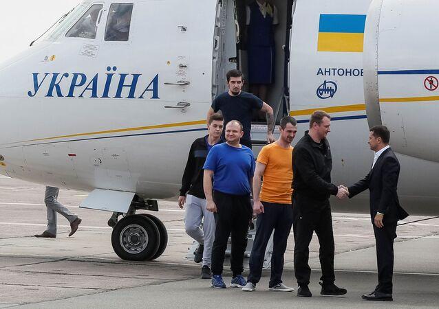 El presidente de Ucrania, Volodímir Zelenski saluda a los exprisioneros tras el canje con Rusia