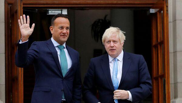 El primer ministro británico, Boris Johnson y su homólogo irlandés, Leo Varadkar - Sputnik Mundo