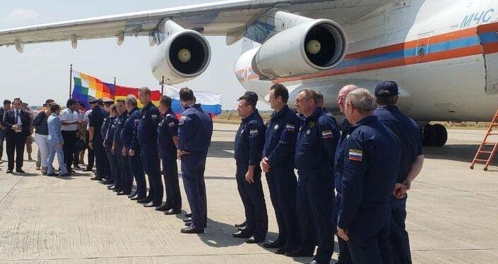 Evo Morales, presidente de Bolivia recibe a la tripulación del avión bombero ruso Il-76