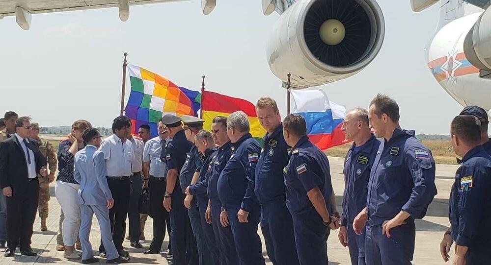 El presidente de Bolivia, Evo Morales, junto al consul de la Embajada rusa en Bolivia, Yakov Feodorov, reciben a la tripulación del avión bombero ruso Il-76