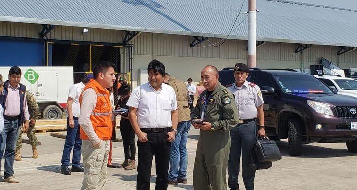 El presidente de Bolivia, Evo Morales junto al ministro de Defensa boliviano, Javier Zavaleta tras recibir al avión contraincendios ruso Il-76