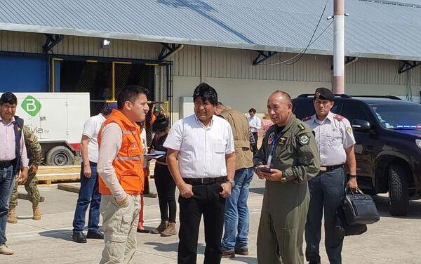 El presidente de Bolivia, Evo Morales junto al ministro de Defensa boliviano, Javier Zavaleta tras recibir al avión contraincendios ruso Il-76 - Sputnik Mundo