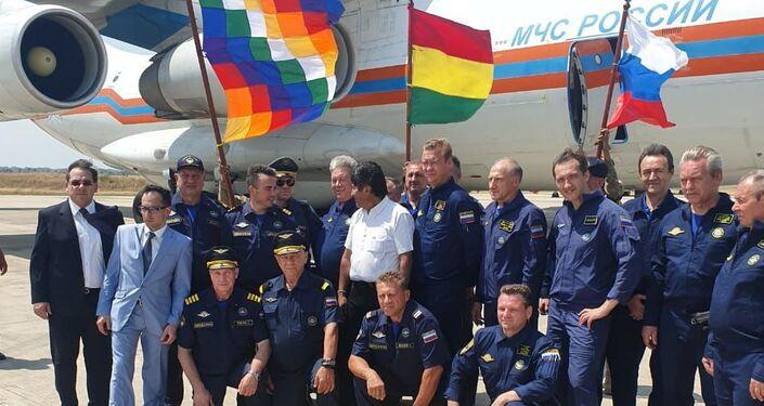La tripulación del avión contraincendios ruso Il-76 junto al presidente de Bolivia, Evo Morales y el consul de la Embajada de Rusia en Bolivia, Yakov Feodorov