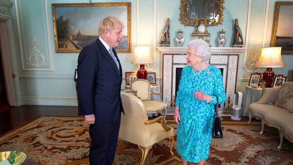 Boris Johnson, el primer ministro británico y la reina Isabel II - Sputnik Mundo
