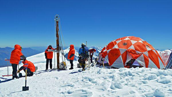 Científicos latinoamericanos y estadounidenses durante la expedición a la cima de la montaña Huascarán, en el norte de Perú, en julio de 2019 - Sputnik Mundo