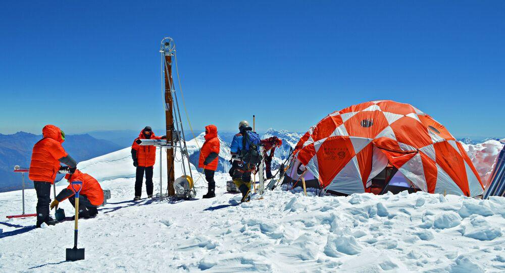 Científicos latinoamericanos y estadounidenses durante la expedición a la cima de la montaña Huascarán, en el norte de Perú, en julio de 2019