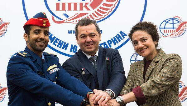 El astronauta emiratí Hazza Mansouri, el cosmonauta de Roscosmos Oleg Skripochka, y la astronauta de la NASA Jessica Meir - Sputnik Mundo