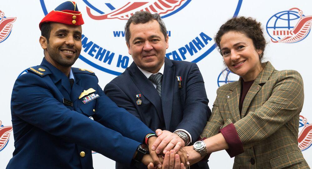 El astronauta emiratí Hazza Mansouri, el cosmonauta de Roscosmos Oleg Skripochka, y la astronauta de la NASA Jessica Meir