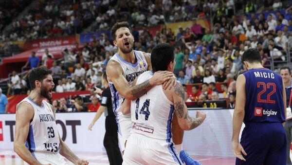 Los jugadores de baloncesto argentinos Gabriel Deck, Nicolas Laprovittola y Patricio Garino celebran la victoria ante Serbia - Sputnik Mundo