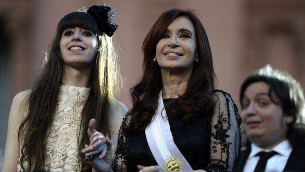 La senadora y expresidenta de Argentina, Cristina Fernándes de Kirchner, junto a su hija, Florencia Kirchner - Sputnik Mundo