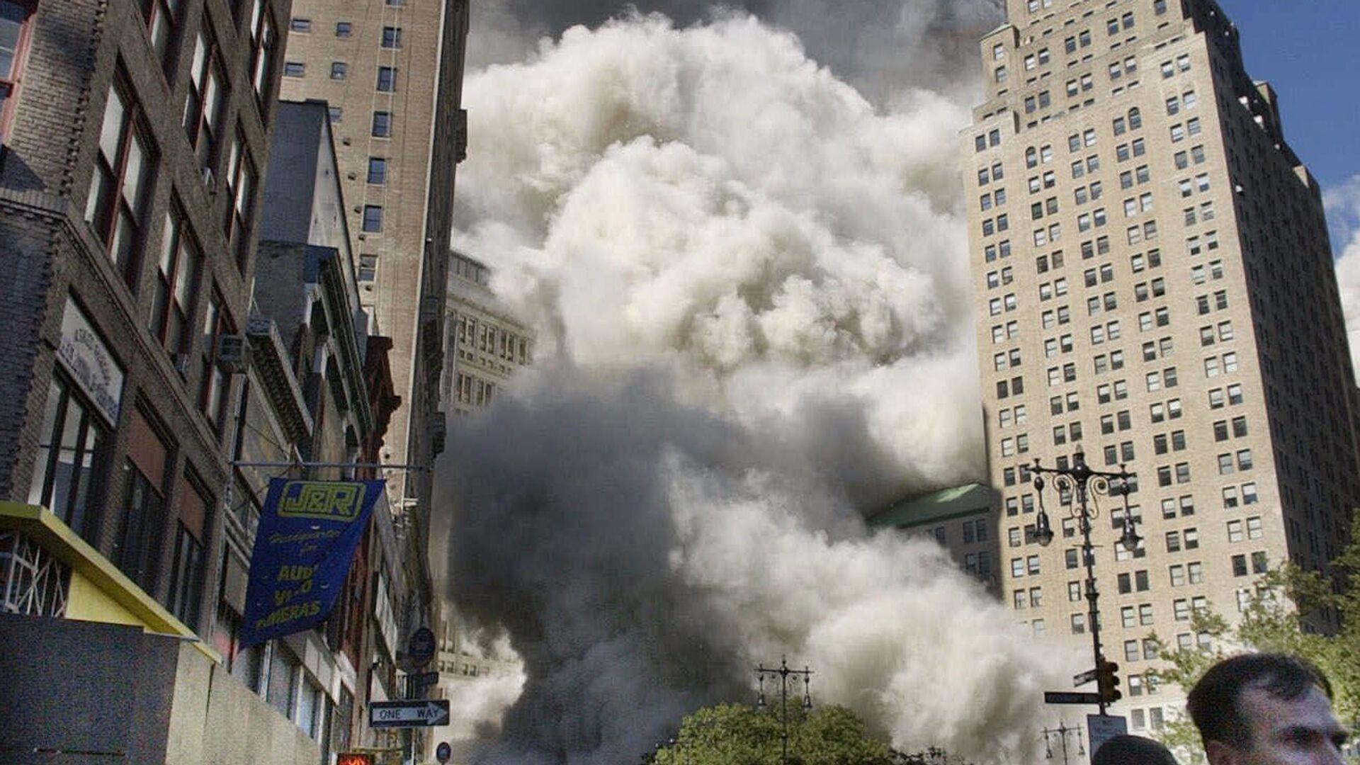 Пешеходы у Всемирного торгового центра во время обрушения южной башни в Нью-Йорке 11 сентября 2001 года - Sputnik Mundo, 1920, 08.09.2021