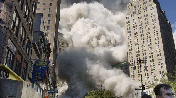 Пешеходы у Всемирного торгового центра во время обрушения южной башни в Нью-Йорке 11 сентября 2001 года - Sputnik Mundo