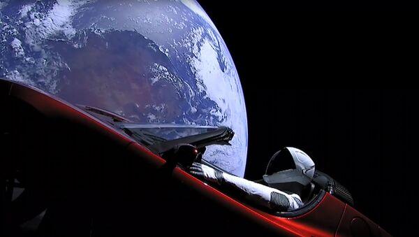 El auto Tesla en la órbita terrestre (archivo) - Sputnik Mundo