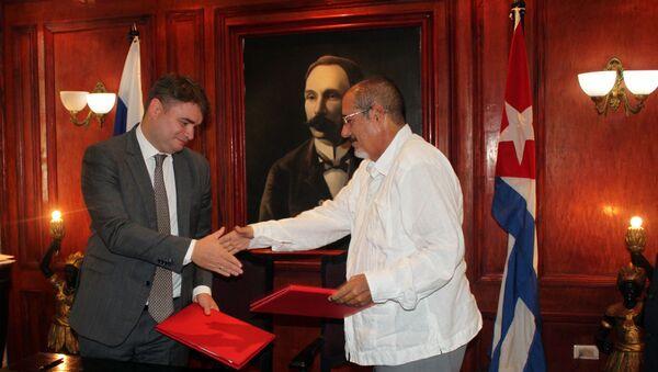 El viceministro de Industria y Comercio de Rusia, Vasily Osmakov, junto a su homólogo cubano José Gaspart Álvarez - Sputnik Mundo