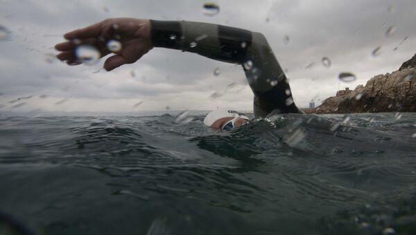 Una persona nadando (imagen referencial) - Sputnik Mundo