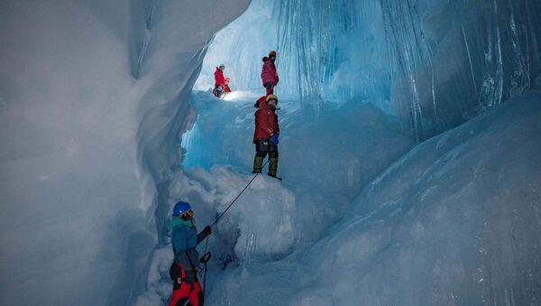 Una cueva perdida y reencontrada por ucranianos en la Antártica - Sputnik Mundo