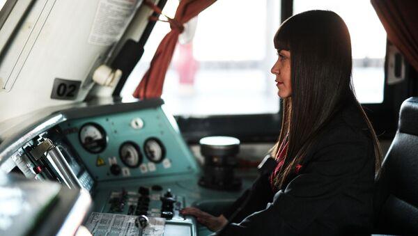 Una maquinista auxiliar rusa - Sputnik Mundo